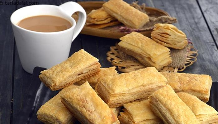 کیا آپ نے کبھی نوٹ کیا ہے؟ کہ صرف چائے ہمارے گلے سے نہیں اُترتی ہم چائے کے ساتھ کبھی نمکو، کیک رسک ،سنیکس وغیرہ ضرور کھاتے ہیں —فوٹو :فائل