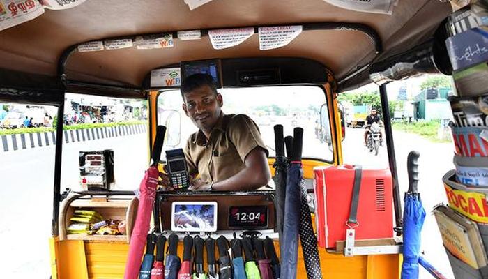 بھارتی شہر چنئی سے تعلق رکھنے والےرکشہ ڈرائیور انا درائی  نے اپنے رکشہ کو ایک جدید رکشہ میں تبدیل کرتے ہوئے مسافروں کو فریج، آئی پیڈ ،ٹیلی ویژن اور اخبار جیسی سہولیات فراہم کررہا ہے —فوٹو:فائل