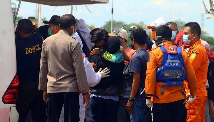 18 کشتیاں سمندری طوفان کی لپیٹ میں آئیں جس میں طبی عملے کی جانب سے 83 افراد کو ریسکیو کرلیا گیا— فوٹو: اے این آئی