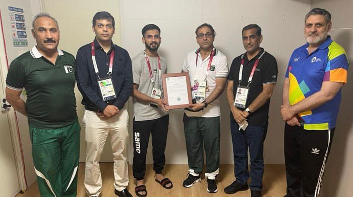 اولمپکس میں شاندار کارکردگی، طلحہ کو ٹوکیو میں پاکستانی سفیر نے تعریفی سند دی