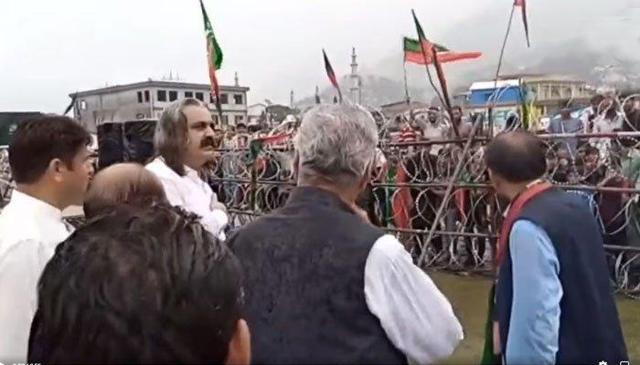وفاقی وزیر علی امین گنڈا پور ان امیدواروں کی انتخابی مہم میں شامل تھے اور تقریربھی کی، انکوائری رپورٹ فوٹو:فائل