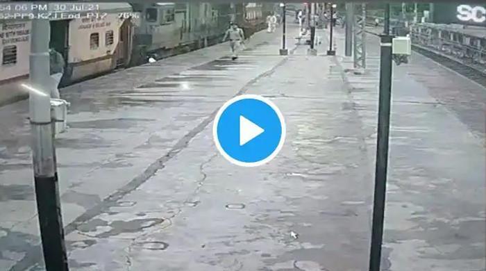 ویڈیو: چلتی ٹرین میں چڑھنے کی کوشش، خاتون بال بال بچ گئیں