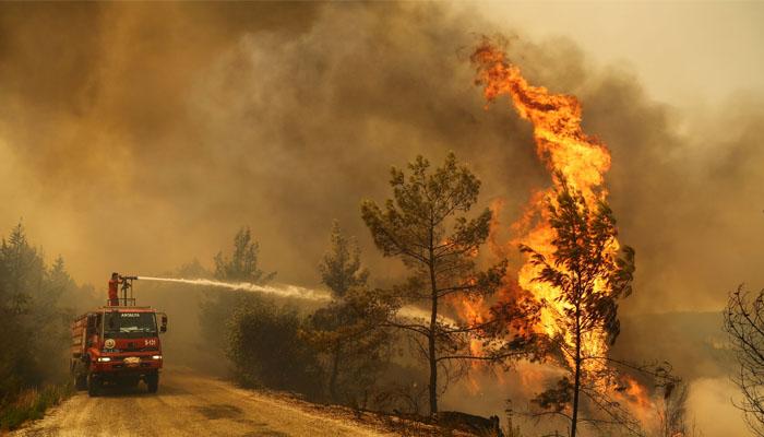 ترکی کے جنوبی اور مغربی حصے میں جنگلات میں 6 روز قبل لگی آگ پر تاحال قابو نہ پایا جا سکا ہے۔ فوٹو: رائٹرز