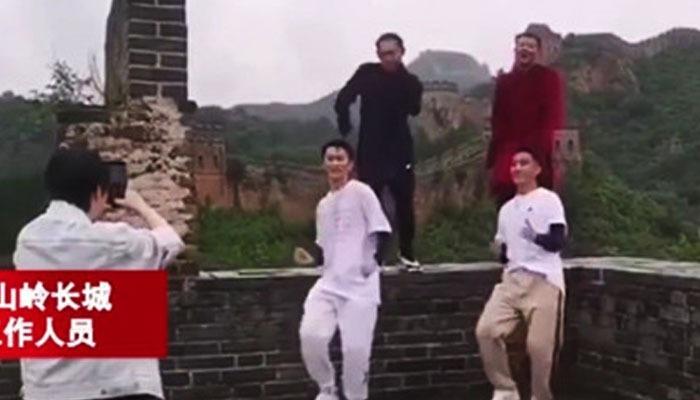 چینی اداکار ین شیاؤتیان کو دیوار چین پر رقص کرتے ہوئے ویڈیو بنانا مہنگا پڑ گیا —فوٹو:چائینز میڈیا اسکرین گریب