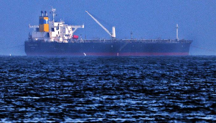 ایرانی چینل نے دعویٰ کیا ہے کہ تیل بردارجہازفجیرہ کےساحل کےقریب بارودی سرنگ سےٹکرایا ہے— فوٹو: فائل/ اے ایف پی