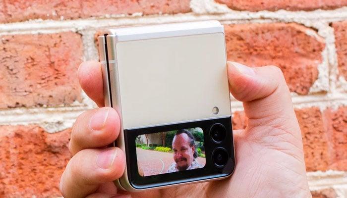 اس اسمارٹ فون میں ایک نوٹیفکیشن اسکرین یا تصویر لینے کے لیے بھی اسکرین دی گئی ہے —فوٹو:بشکریہ سی نیٹ