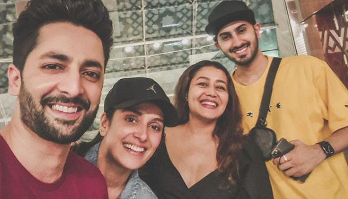 عائزہ خان اور ان کے شوہر اداکار دانش تیمور کی جانب سے یہ تصویر انسٹاگرام پر شیئر کی گئی ہے جس میں عائزہ اور دانش کے علاوہ نیہا اور گلوکار روہن پریت سنگھ بھی موجود ہیں— فوٹو: انسٹاگرام/ عائزہ خان