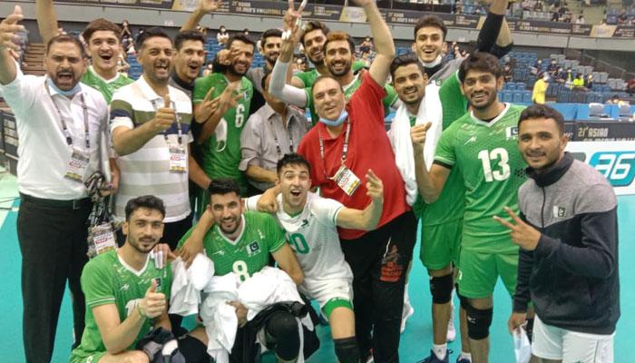 پاکستان نے یہ میچ 22 ۔ 25،25۔23 ،21 ۔ 25،،، 25۔ 23 اور 15 ۔ 12 کے اسکور سے جیتا۔ —فوٹو: جیو نیوز