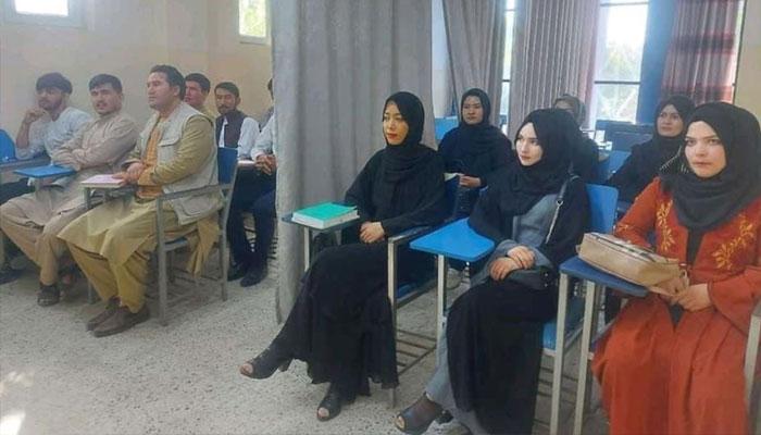 ابن سینا یونیورسٹی کابل میں طلبہ و طالبات کو ایک پردے کے ذریعے علیحدہ کرنے کی وائرل تصویر:فوٹوبشکریہ اے ایف پی