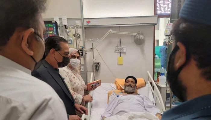 کراچی میں گورنر سندھ عمران اسماعیل اور وفاقی وزیر اطلاعات فواد چوہدری نے بھی عمر شریف کی عیادت کی—فوٹوبشکریہ سوشل میڈیا