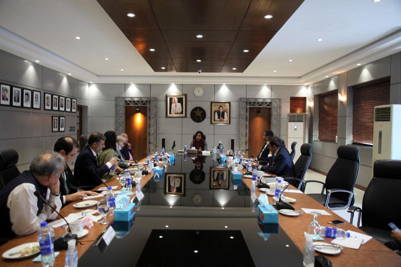لاہور میں ہونے والے پی سی بی کے گورننگ باڈی کے خصوصی اجلاس میں رمیز راجہ کو چیئرمین پی سی بی منتخب کیا گیا— فوٹو: پی سی بی