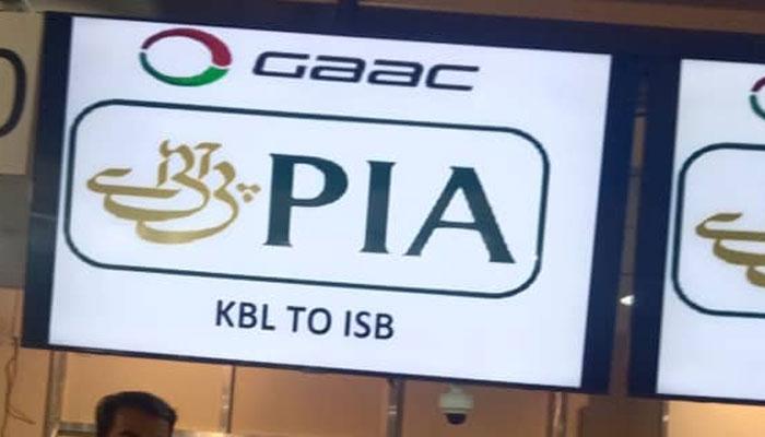 کابل ائیرپورٹ پر پی آئی اے کا نام اور پرواز نمبر آویزاں کیا گیا۔ فوٹو: جیو نیوز