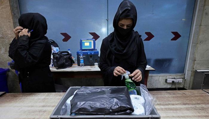 گزشتہ روز کابل ائیرپورٹ پر تعینات افغان پولیس کے اہلکار ڈیوٹیوں پر واپس آگئے تھے— فوٹو: اے ایف پی