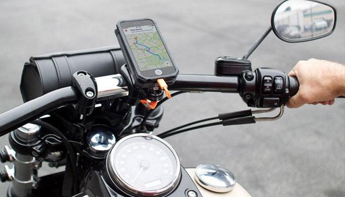 امریکی موبائل کمپنی ایپل نے آئی فون صارفین کو خبر دار کیا ہے کہ وہ اپنا موبائل ہیوی موٹر بائیکس منسلک نہ کریں —فوٹو: فائل