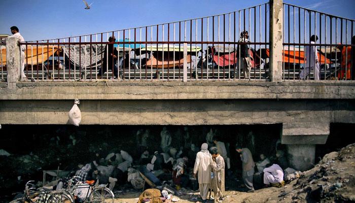 کابل کے مصروف علاقے پل سوختہ کے اس پل کے نیچے غلاظت و بدبو سے اٹا گندا نالہ منشیات کی لعنت میں مبتلا ان ہزاروں افغانوں کا مسکن ہے— فوٹو: فائل
