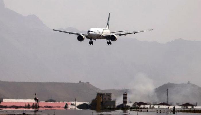 خط میں افغانستان کی قومی ائیر لائنز، آریانا افغان ائیر لائن اور کام ائیرکی پاکستان کیلئے شیڈول پروازوں کی اجازت طلب کی گئی ہے— فوٹو : فائل