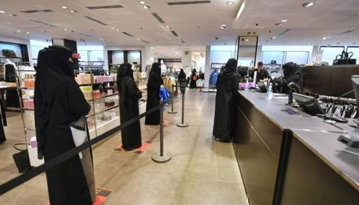 سعودی خواتین ملازمین کی اوسط ماہانہ تنخواہوں میں مرد ملازمین کے مقابلے میں زیادہ اضافہ ہوا — فوٹو: سعودی گزٹ