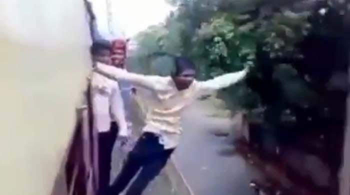 چلتی ٹرین میں کرتب دکھانے والے نوجوان کی دِل دہلا دینے والی ویڈیو سامنے آگئی