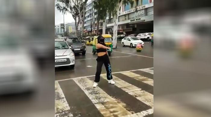 ویڈیو: خاتون کو زیبرا کراسنگ پر ڈانس کرنا مہنگا پڑگیا