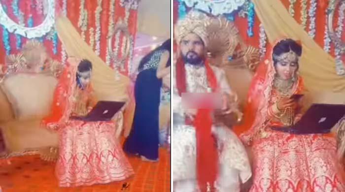 ویڈیو: اسٹیج پر دلہن کو باس کا فون آگیا، دلہے کو بھی نظرانداز کر دیا
