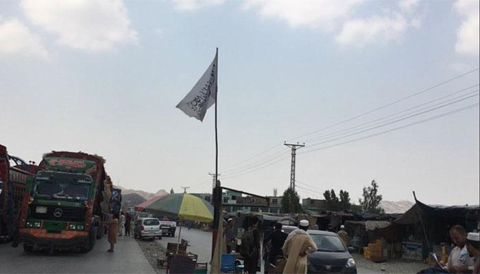 جالیوں کے اندر سے جھانکا تو پہلا سفید پرچم دکھائی دیا جس پر کلمہ طیبہ درج تھا —فوٹو: قسیم سعید