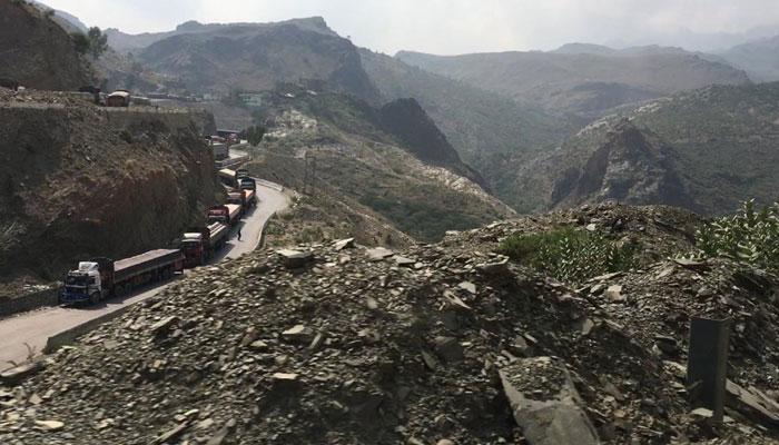 تورخم سے کابل کا راستہ تقریباً 5 گھنٹے کی مسافت کا ہے ،دریائے کابل بھی ساتھ ساتھ بہتا ہے —فوٹو: قسیم سعید