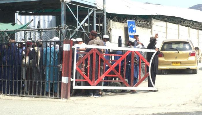 یہ سامان لاد کر آہنی جالیوں والی راہ داری کی طرف چل پڑتے ہیں اور مسافر ان کے پیچھے پیچھے —فوٹو: قسیم سعید