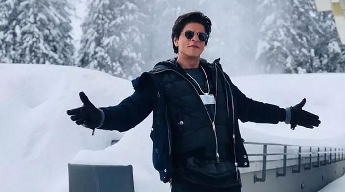 اشاروں کی زبان میں شاہ رخ خان کہنا ہو تو کیسے کہیں گے؟