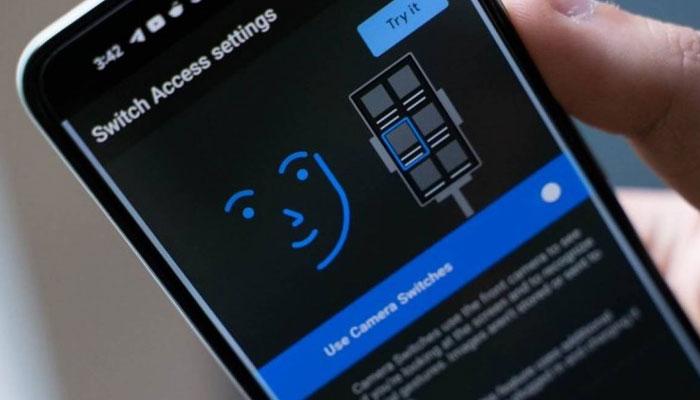 معذور افراد اب چہرے کے اشاروں کی مدد سے اینڈرائیڈ موبائل فون استعمال کر سکیں گے۔ —فوٹو: فائل