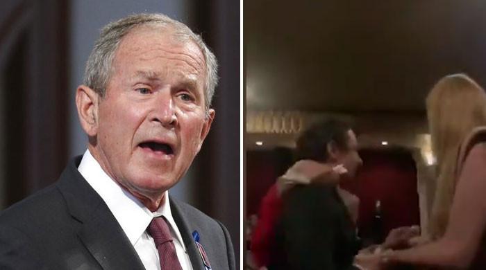ویڈیو: 'مسٹر بش! آپ نے لاکھوں  لوگوں کو مارا، امریکی فوجی سر محفل بھڑک اٹھا'