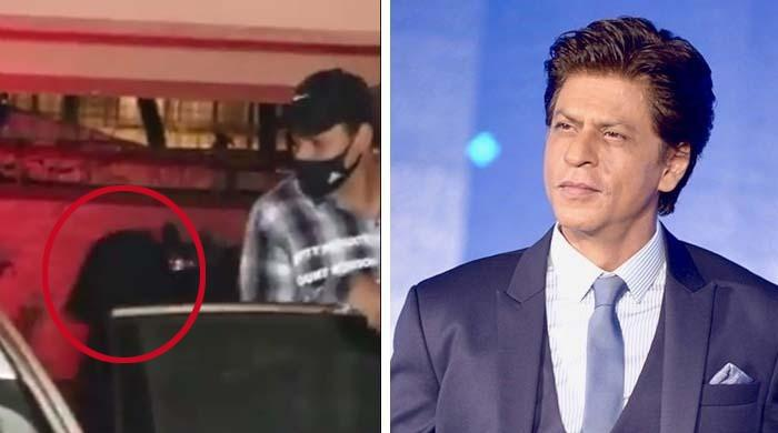 شاہ رخ خان کی منہ چھپا کر گھر سے گاڑی تک پہنچنے کی ویڈیو وائرل