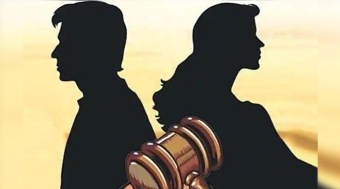 ' بیوی  روزانہ نہاتی نہیں'، شوہر نے طلاق دے دی