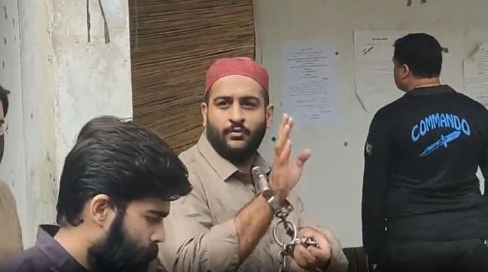 ویڈیو: 'سب کو بتانا مرشد آئے تھے'، حوالات کی ہوا کھاکر بھی ملزم کے تیور نہ بدلے