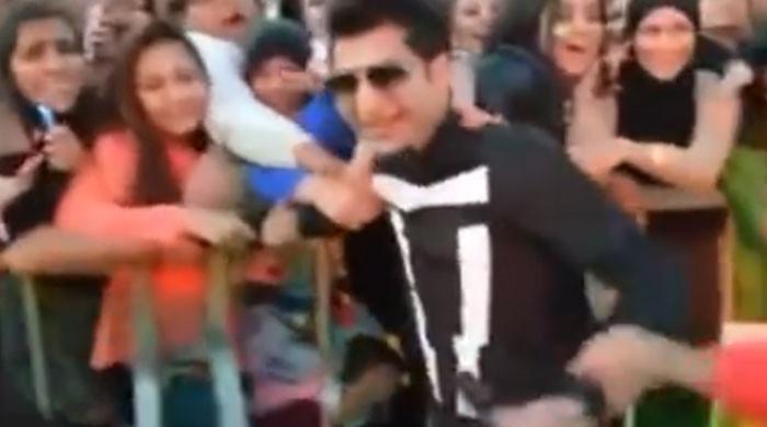 ویڈیو: کنسرٹ کے دوران بلال سعید کو لڑکیوں نے پکڑ لیا، انتظامیہ کو مداخلت کرنی پڑی