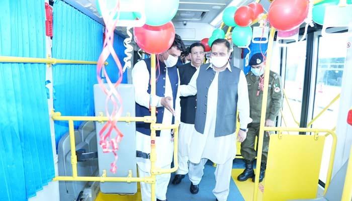 نئی بسیں آرام دہ ہیں جس میں موبائل چارجنگ اور خودکار جراثیم کش نظام بھی موجود ہے، ترجمان پنجاب حکومت__فوٹو: ٹوئٹر