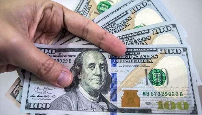 انٹربینک میں کاروبار کی بندش پر ڈالر کی قیمت تاریخ کی بلند ترین سطح پر رہی— فوٹو:فائل