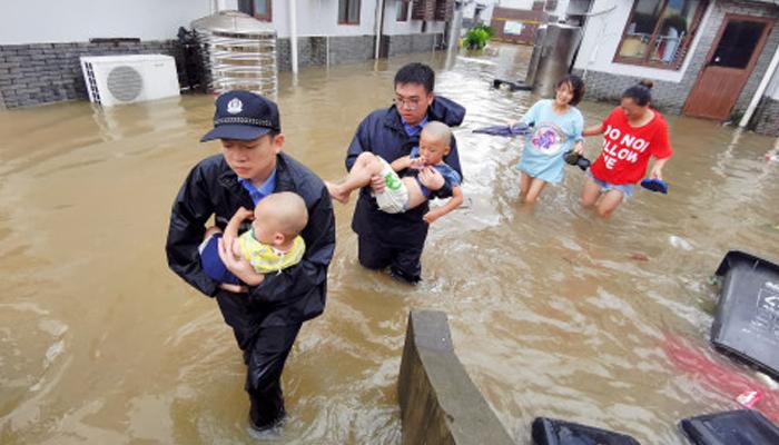 ریسکیو اہلکار بچوں کو محفوظ مقامات پر منتقل کر رہے ہیں۔ فوٹو: سوشل میڈیا