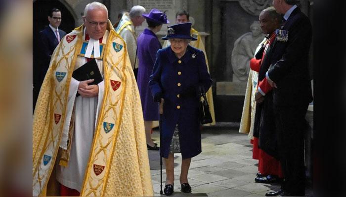 —ملکہ برطانیہ الزبتھ دوئم چھڑی کے ہمراہ ایک اہم عوامی تقریب پہلی مرتبہ نظر آئیں۔ فوٹو: اے ایف پی