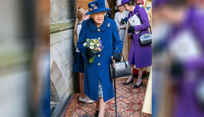 ملکہ کو آخری بار 2004 میں گھٹنے کی سرجری کے بعد چھڑی تھامے ہوئے دیکھا گیا تھا تاہم اس بار ان کے آفس کی جانب سےچھڑی تھامنے کی کوئی خاص وجہ نہیں بتائی گئی— فوٹو: سوشل میڈیا