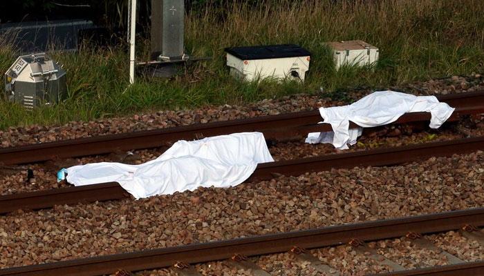 پٹری پر4 تارکین وطن لیٹے تھے، ٹرین کی ٹکر سے3 تارکین وطن موقع پر ہی ہلاک جبکہ ایک شدید زخمی ہوا ہے۔ —فوٹو: اے پی