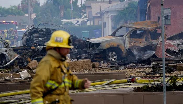 امریکی شہر سان ڈیاگو میں چھوٹا طیارہ رہائشی علاقے میں گر کر تباہ ہو گیا —فوٹو: یو ایس ٹوڈے