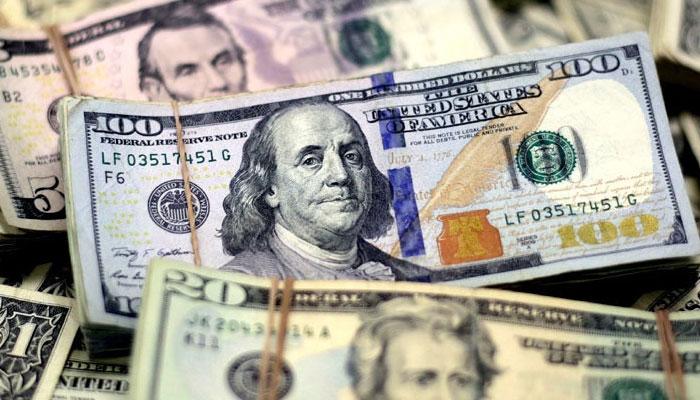 پاکستانی روپے کے مقابلے میں ڈالر کی قدر میں اضافے کا سلسلہ جاری ہے— فوٹو: فائل