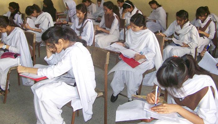 لاڑکانہ بورڈ کے اعلان کردہ نتائج کے مطابق میٹرک کے امتحانات میں مجموعی طور پر 47994 طلبہ اور طالبات نے شرکت کی—فوٹو: فائل