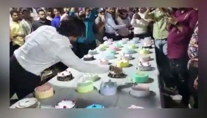 سالگرہ منانے کیلئے ایک شخص نے 3 منٹ کے اندر 550 کیک کاٹ دیے۔ —فوٹو: اسکرین گریب