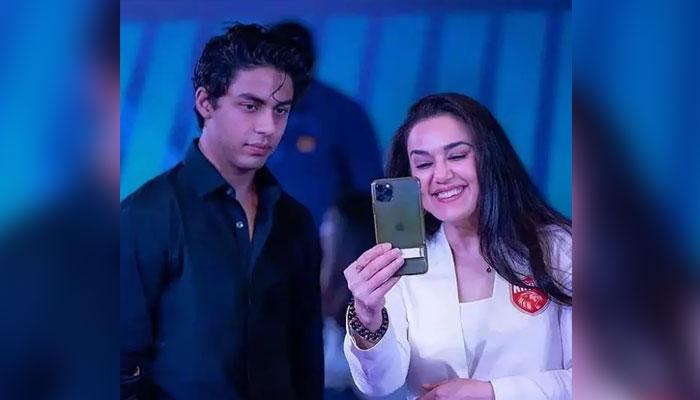 بالی وڈ اداکارہ پریتی زنٹا منشیات کیس میں آریان کی گرفتاری کے بعد تسلی دینے کیلئے شاہ رخ خان کے گھر منت پہنچ گئیں —فوٹو: فائل