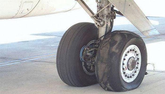 لاہور ائیرپورٹ کے رن وے پرکارگو جہاز کےٹائر برسٹ ہونے کے باعث فلائٹ آپریشن معطل کردیا گیا۔ —فوٹو: فائل
