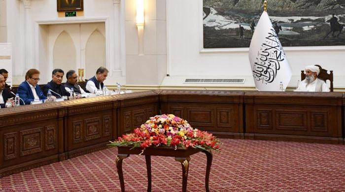 کابل: شاہ محمود کی ڈی جی آئی ایس آئی و دیگر حکام کے ہمراہ افغان وزیراعظم سے ملاقات