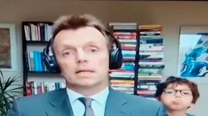 والد کے لائیو انٹرویو کے دوران بیٹے کی اچھل کود ناظرین کی توجہ کا مرکز