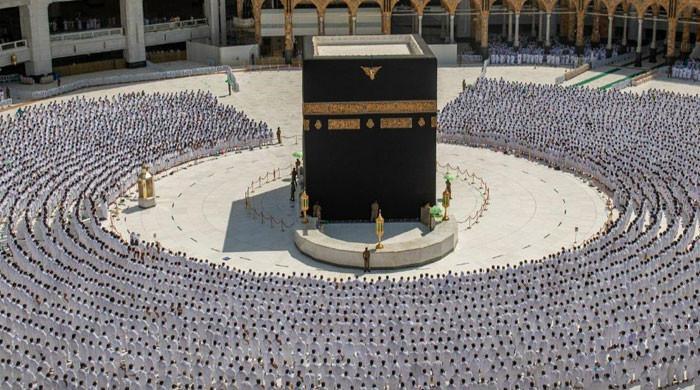 ایس او پیز میں نرمی کے بعد مسجد الحرام میں سماجی فاصلے کے بغیر نماز جمعہ ادا کی گئی