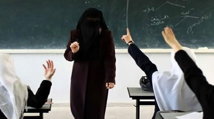 کلاس میں قرآن پڑھاتے ہوئے استاد دل کا دورہ پڑنے سے انتقال کر گئیں